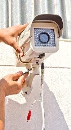 התקנת מצלמת אבטחה על קיר חיצוני